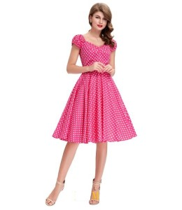 Jednoduché puntíkované šaty růžové barvy